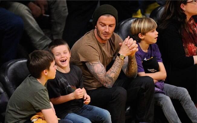 Bekcham curte partida de basquete com os filhos, Brooklyn, Cruz e Romeo