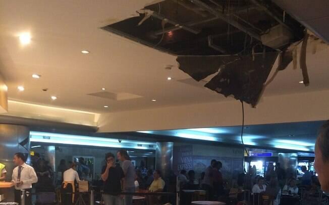 Parte do teto do aeroporto de Guarulhos desaba; veja fotos