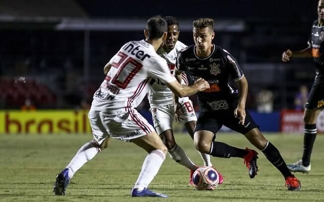 Juanfran, do São Paulo, e Lucas Piton, do Corinthians, durante partida valida pela 6ª rodada do Paulista