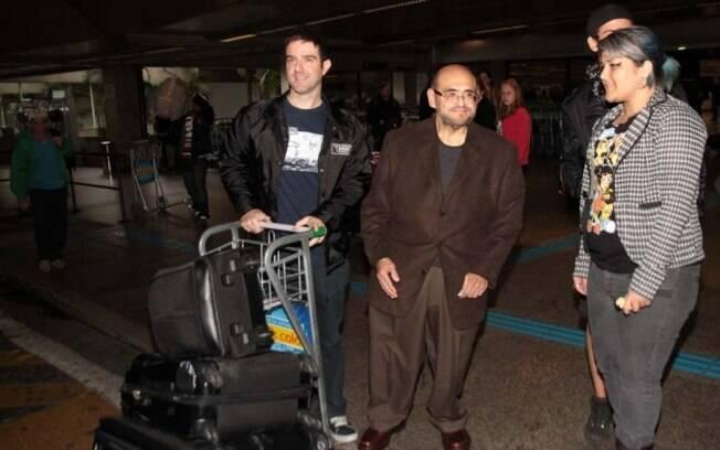 Edgar Vivar chega no aeroporto de Guarulhos, em São Paulo