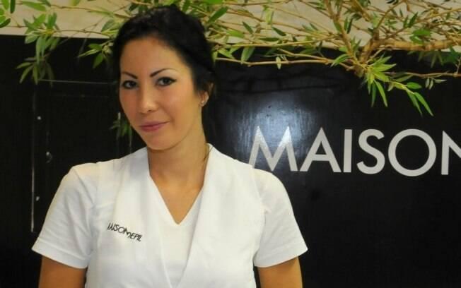 Michele Umezu é fotografada em seu primero dia de trabalho numa clínica