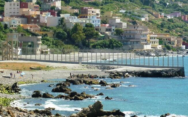 Barreira entre Espanha e Marrocos, na cidade de Ceuta,  dificulta a entrada de imigrantes em território europeu