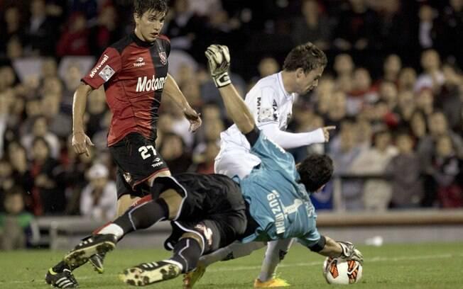 O goleiro Nahuel Guzman sai nos pés de  Bernard e desarma meia atleticano
