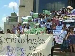 Manifestantes se reuniram em ato em frente ao Tribunal do Júri