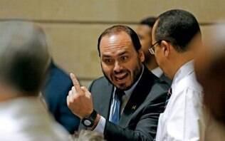 """Carlos Bolsonaro provoca militares: """"Não lideraram nem guerra de travesseiros"""""""