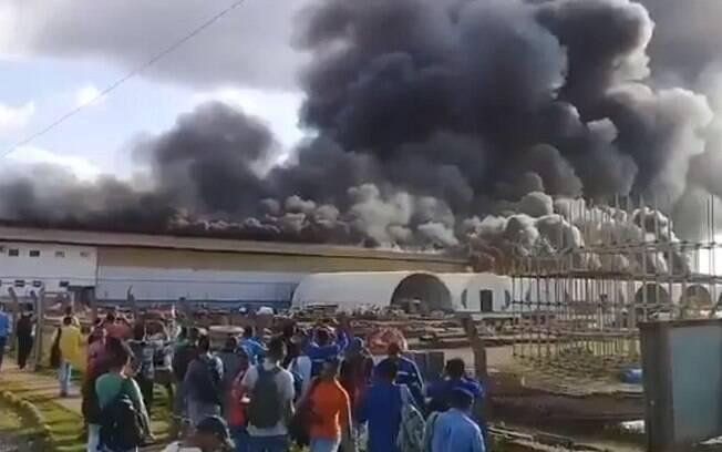 Chamas tomaram um galpão da Belo Monte, mas ninguém ficou ferido