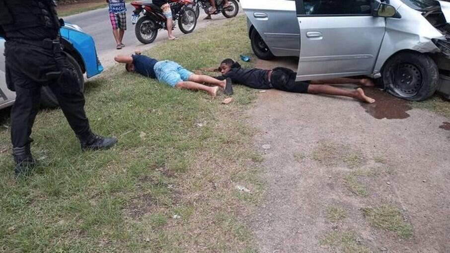 Dois homens foram presos após troca de tiros em Sepetiba, na Zona Oeste