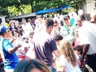 Susana Werner se mostrou orgulhosa e fez selfie para mostrar Júlio César cercado de fãs em feira no Rio