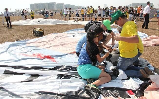 Organizadoes de protesto costuram bonecos de Dilma Rousseff e Lula. Foto: Allan Sampaio/iG Brasília - 7.9.15
