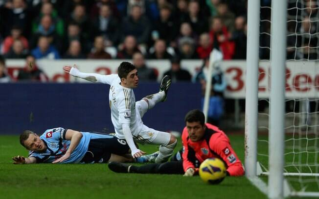 Julio Cesar observa a bola entrar no gol do  QPR na derrota por 4 a 1 para o Swansea