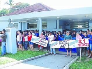 Caos.   Cerca de 200 pessoas se reuniram na porta do Hospital Orestes Diniz para protestar contra demissões que afetam o pronto-atendimento