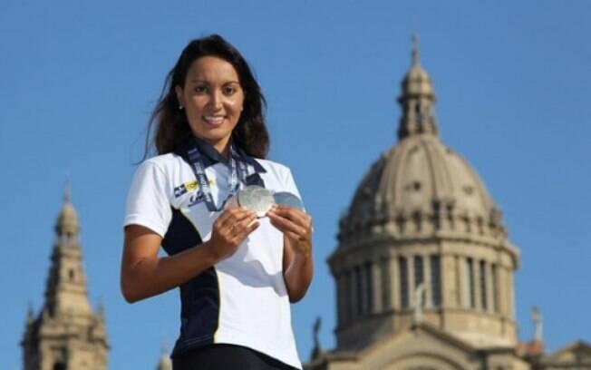 Poliana Okimoto posou com suas medalhas em  Barcelona depois do Mundial de esportes aquáticos