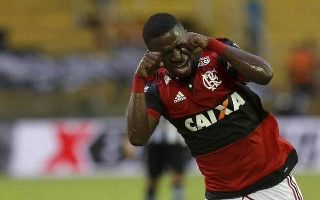 Vinicius Junior comemora gol e faz alusão ao