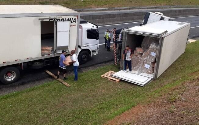 Caminhão tomba e gera lentidão no Anel Viário, em Campinas