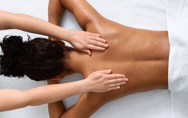 Massagens terapêuticas são alternativas para aliviar as tensões do cotidiano