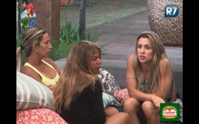 Valesca Popozuda, Raquel Pacheco e Joana Machado conversam na varanda