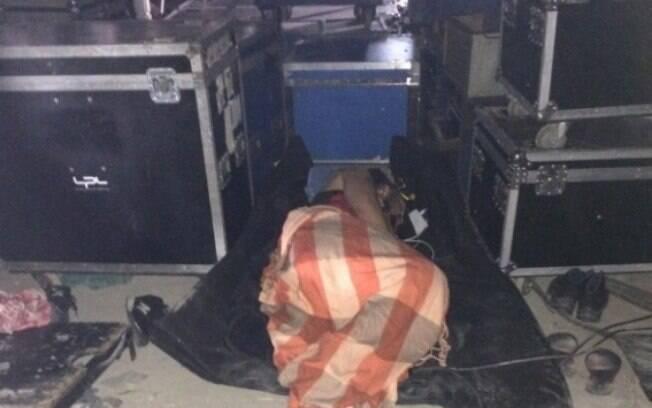 trabalhador dormindo no meio de equipamentos