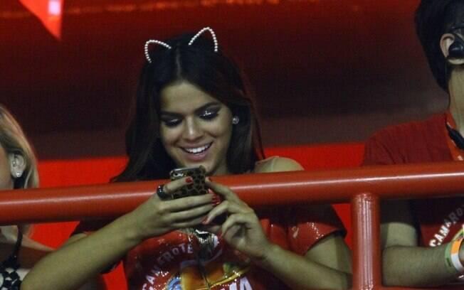 Bruna Marquezine estava mais interessada no seu celular do que no que se passava à sua volta