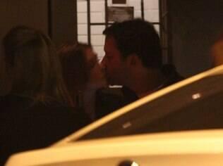 Marina Ruy Barbosa beijando Caio Nabuco em restaurante no Leblon