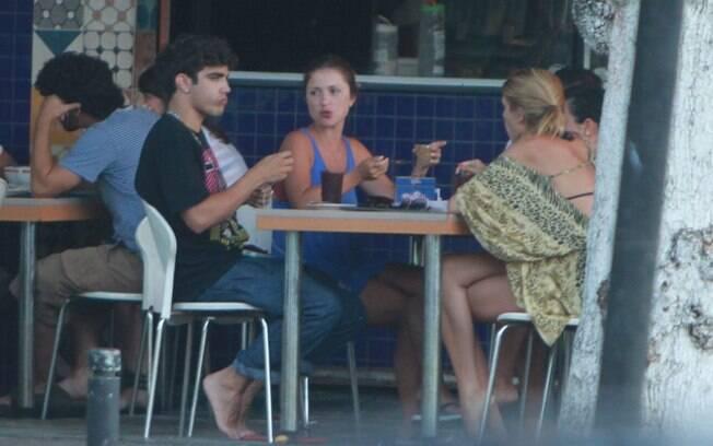 Caio Castro foi flagrado em um restaurante com amigas nessa quinta-feira (23)