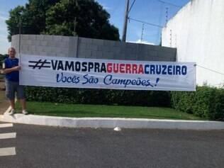 Torcedor celeste levou uma faixa de apoio aos jogadores do Cruzeiro, que vivem situação complicada na Copa Libertadores