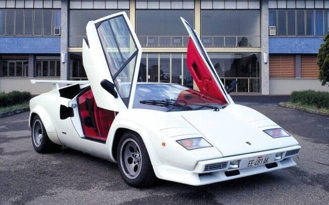 Lamborghini Countach em frente do escritório da marca: estilo ousado e muita potência para o início dos anos 80