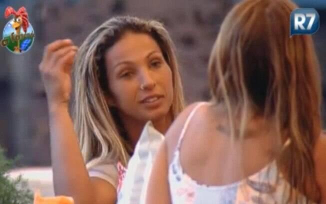 Valesca Popozuda e Raquel Pacheco conversam sobre o jogo na varanda
