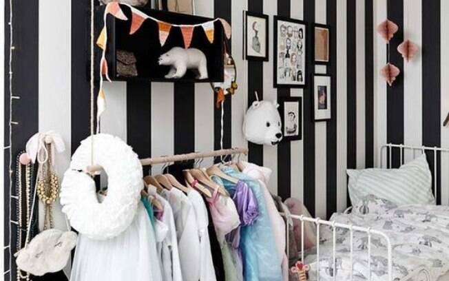 O papel de parede com listra pode ser usado em diversos ambientes, como é o caso desse quarto infantil preto e branco