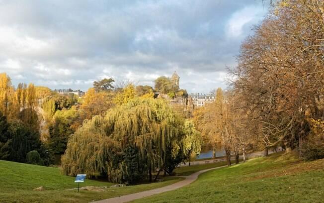 O Parc Des Butter-Chaumont é um parque tranquilo e agradável para passear em um lugar sem tanto movimento