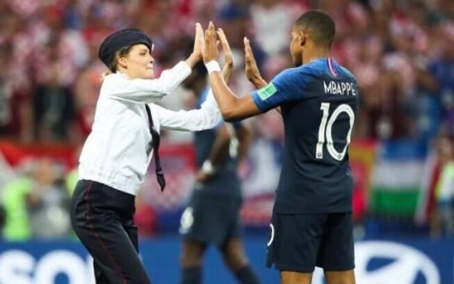 Protesto do grupo feminista Pussy Riot interrompeu a final da Copa do Mundo na Rússia, neste domingo