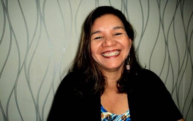 Val Batista mora em Belém, no Pará, seus ancestrais são índios, ela começou a vida costurando e hoje é estilista, sua agenda está lotada de nomes famosos de Belém