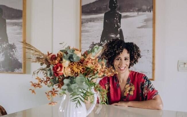 A designer florista Diennis Xavier ensina a usar flores na decoração da casa