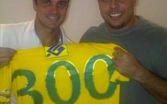 Ronaldo acerta com Falcão, do futsal