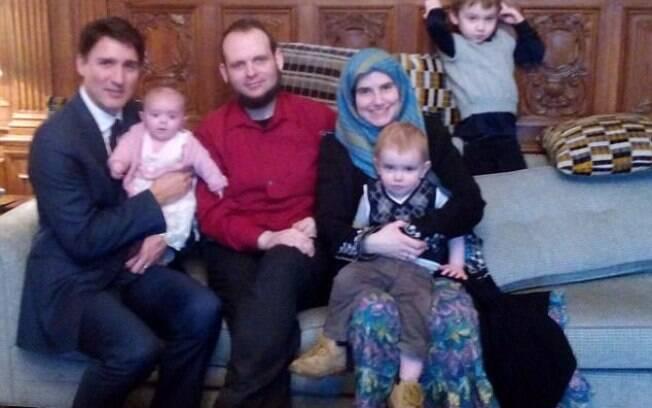 Joshua Boyle, que foi preso recentemente, e sua família se encontraram com o político Justin Trudeau (segurando o bebê)