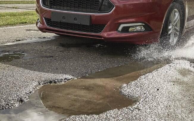 Um buraco pode ser muito perigoso para o seu pneu, com o risco de causar cortes ou bolhas. Evite-os o máximo que puder.