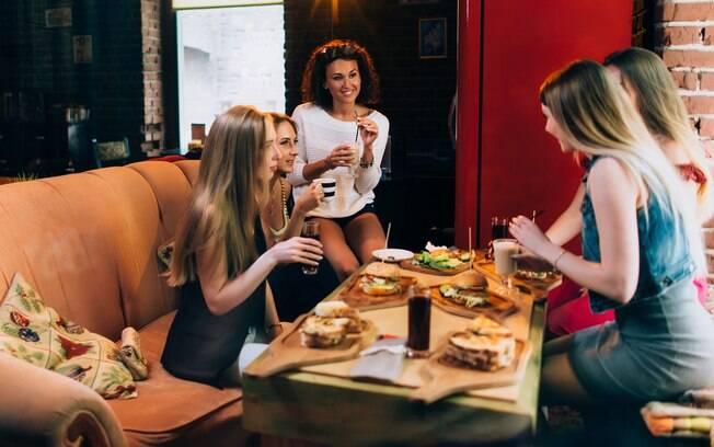 Uma noite de hambúrguer pode ser uma boa chance de reunir os amigos em casa, e o melhor, prejudicar a alimentação