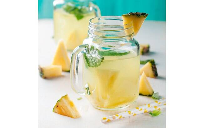 Abacaxi pode ser consumido sozinho ou virar complemento para uma água saborizada
