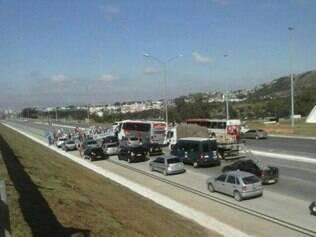 Trânsito está parado na região.
