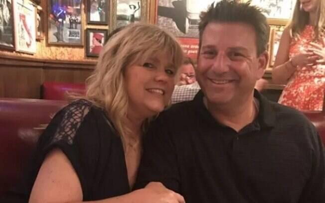 Homem romântico encontra jeito de ficar mais próximo de esposa isolada devido a tratamento de câncer