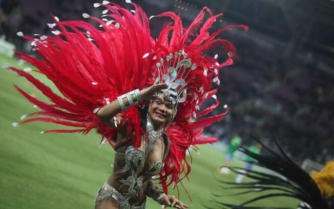 Dançarina brasileira desfila antes do  clássico