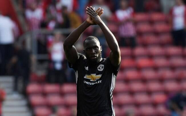 O atacante Romelu Lukaku, do Manchester United, pediu para que música sobre seu pênis não fosse mais cantada, mas não adiantou muito