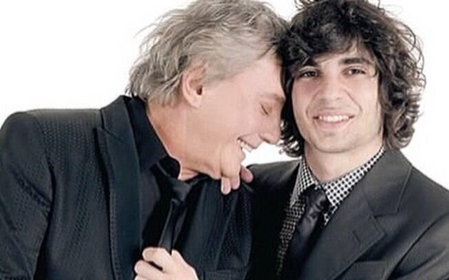 Fiuk e Fábio Júnior se abraçam