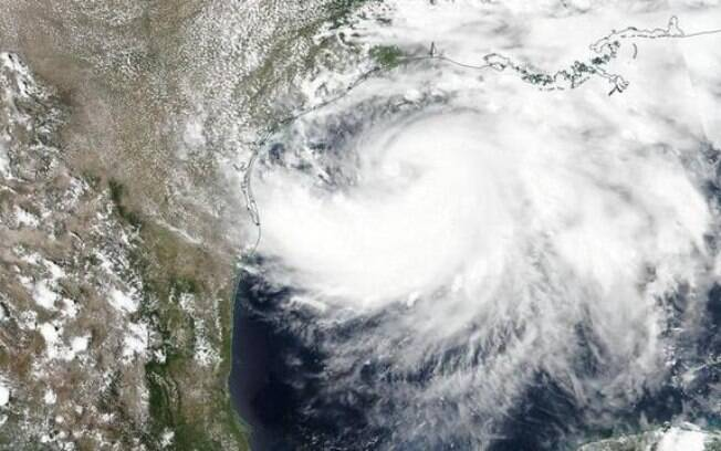 A tempestade tropical Isaías se transformou em um furacão na madrugada desta sexta-feira (31).