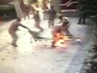 Operário com roupa em chamas após explosão na Tijuca, no Rio de Janeiro