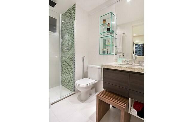 decoracao de apartamentos pequenos de baixo custo:do apartamento de 75 m² ganhou uma parede de pastilhas e um nicho de