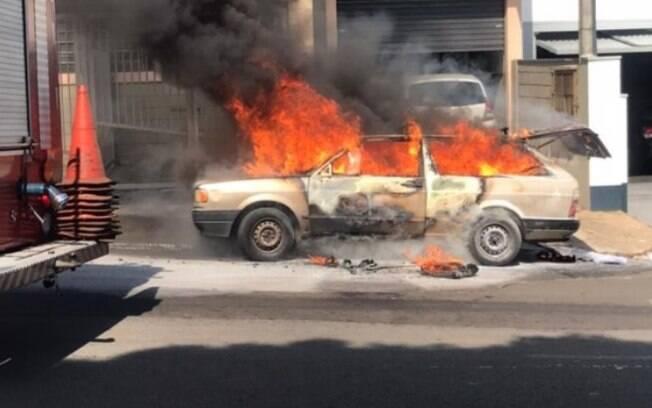 Carro pega fogo e fica destruído em Americana