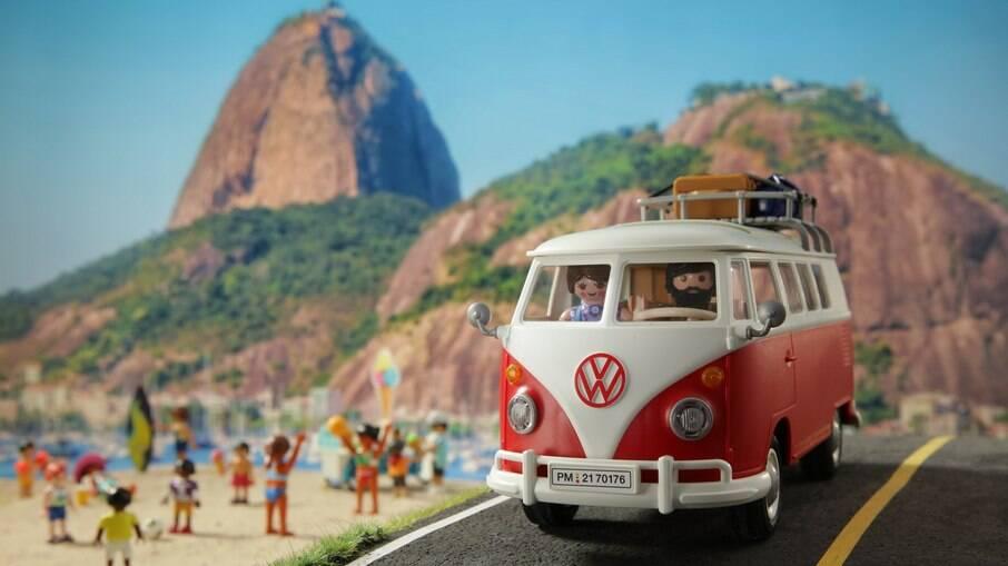 Kombi Playmobil no Rio de Janeiro mostra os áureos tempos das praias cariocas dos anos 60