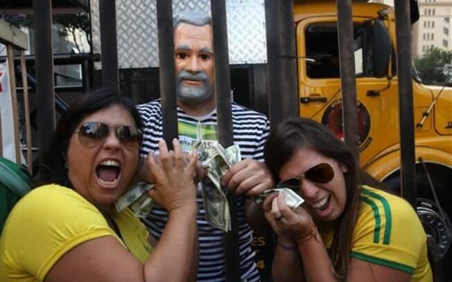 O ex-presidente Lula foi um dos alvos dos manifestantes que marcharam pela Avenida Paulista neste domingo (12/04/2015)