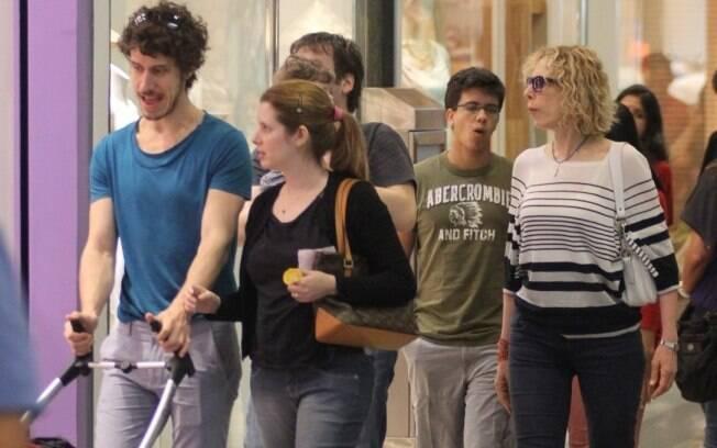 Enquanto Marília Gabriela ia atrás com filho Christiano, o caçula Theodoro Cochrane ia na frente conversando a atriz Daniele Valente