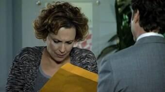 No hospital, Eva recebe intimação e Lúcio oferece advogado